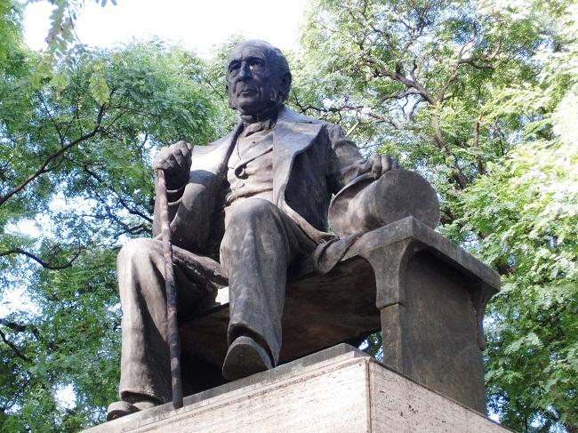 El Monumento escultórico a don Esteban Adrogué en la ciudad que lleva su nombre